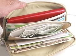 お財布の内側に便利な大きいポケットを採用。