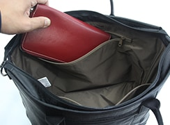 内側ファスナーポケットには、長財布も入ります。