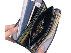 カード入れも充実した柔らかいお財布。スマートフォンも収納できます。柔らか素材だからこそのゆとりあるたっぷりサイズです。