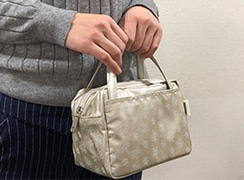 スマホ・折財布・メガネケース・通帳・ハンドタオル・リップなどが入るちょっとソコまで行くのに使い易いサイズです。
