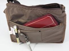 内側:横幅いっぱいのファスナーポケットと、小銭入れ、ペンホルダー、着脱式のキーホルダーがついています