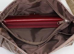 キキ2 角ポシェットの中にはファスナーポケットとメガネケースなどが入るポケットが2つ(アイポケット)