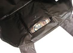 内側 : お財布の入るポケット付き