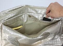 キキ2 ネオクリ手トートは外マグネット式ポケット:パスケースごとはいるポケット「パスポ」と、携帯電話が落ちないポケットが付いています
