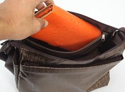 内側 : ファスナーポケット横長の財布が入る大きなポケット