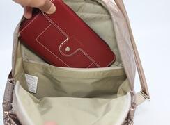 ファスナーポケットには、大きな横長財布が入るサイズなので安心