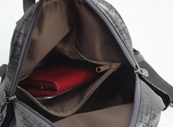 内ファスナーポケットがあるので、財布などを入れておくと安心。