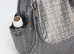 外サイドオープンポケットは、350mlのペットボトルがちょうど隠れるサイズです。