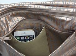 外後 ファスナーポケット内には、スマートフォンも入るオープンポケット付き