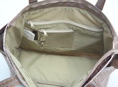 キキ2 サイドポケットトートは大きく開くから物の出し入れが楽々。内側に、コイン入れ、ペンホルダー、脱着式キーホルダーが付いています