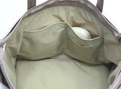 キキ2 サイドポケットトートの内側には、めがね入れや手帳などが立てて入れることができる、オープンポケットが2つ