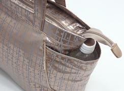 キキ2 サイドポケットトートの両サイドには、500mlのペットボトルが頭まで隠れるサイズのオープンポケット