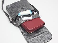 キキ2 ヒップハンガー2はマグネットフラップを開けると中には、メインのポケットの他に、オープンポケットが二つ付いています。メインには、長財布が入ります。