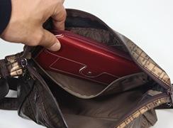 キキ2 SKショルダーは内ファスナー付きポケットには、横長財布も入ります