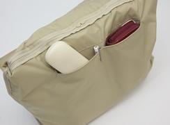 内側オープンポケットは、深さがあり長財布や、めがねケースなど入れることが可能 口元がしっかりとしているので、ペンを挟んでもよれません。