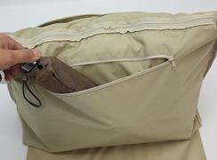 内ファスナー式ポケットは、折傘などを入れておける大きさがあります。