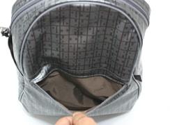 外前ファスナーポケットは、ハンカチ・ティッシュ・携帯電話など入れておくのに便利
