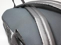 背中面は、通気性に優れたダブルラッセルメッシュを使用。肩紐はクッション素材を使用しているので、肩への負担を軽減します
