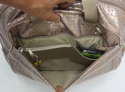 外前ファスナーポケットは、スマホが入るポケット、キーホルダー、コイン入れ、ペンホルダーが付いています。