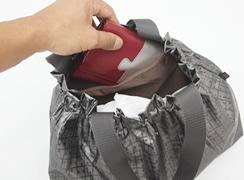 内側にファスナーポケットがついており、折財布や小物などを入れるのに便利