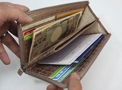 1万円札はもちろん、預金通帳やパスポートも入ります。