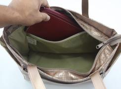 内側ファスナーポケットには、大きな横長財布をしまえますので、とても安心です。
