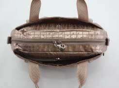 バッグの前後には、マグホック式のアオリポケット。サッと取り出したいモノを入れておくのにとても便利。