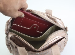 内側のファスナーポケットは横長の財布が入りますので安心です。