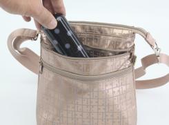 外前ファスナーポケットは2つついており、スマートフォンなどを入れておけます。(写真はグラスケース)