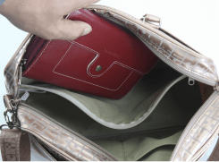 内側には、大きな財布が入る、ファスナーポケットが付いています。