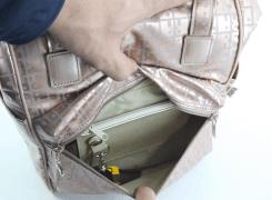前ダブルファスナーポケット内には、車の鍵も入るファスナーポケット、脱着式キーホルダー、ペンホルダーが付いています。