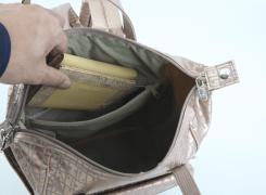 内側ファスナーポケットは、折り畳みの財布などが入るサイズ。