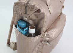 外サイドポケット(左)には、500mlのペットボトルと折傘を入れる容量があります