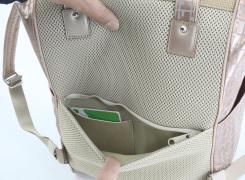 背面のファスナーポケット内には、切符やIC乗車券、駐車券などを入れておくと便利な、カード入れが付いています。
