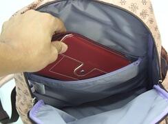 内側に大きなファスナー付きポケットがあり、横長財布なども入りとても安心