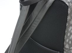 背当て面は、通気性に優れたダブルラッセルメッシュを使用。肩紐はクッションのある柔らかい素材です