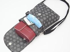 マグネットフラップを開けると中には、メインのポケットの他に、オープンポケットが二つ付いています。メインには、長財布が入ります。