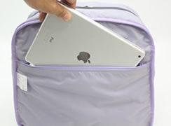 内ファスナーポケットはタブレットも入る大きさ※写真はバッグを裏返して解りやすくしています