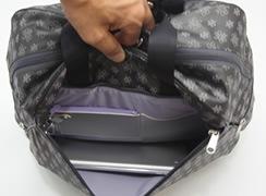 外前ファスナーポケットは、タブレットを横にして入れる容量があります。※A4ファイルは入りません