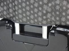 外背面の底部ファスナーを開けると、キャリーオンで使用できます。