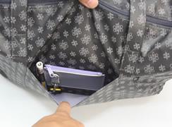 外前面オープンポケット内には、ペンホルダー キーホルダー コイン入れがついています。