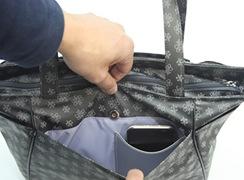 外後マグホック式ポケット内にはスマートフォンも入る大きなオープンポケット