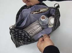 内側オープンポケットは2つ。めがねケースや手帖などを入れるのに便利。500mlのペットボトルや、折りたたみなど立てて入れることも可能。※手紐を外して撮影しています。