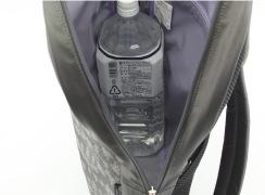 マチ幅はできるだけ薄くスマートにしています。2リットルのペットボトルを横にして入ります。