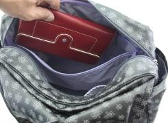 内側のオープンポケットはタブレット端末が入るサイズがありますが、お財布はここに入れておくと安心です。