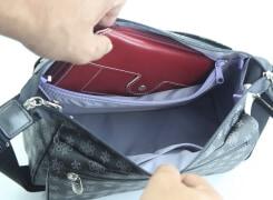 内ファスナーポケットは、バッグ幅いっぱいに作ってありますので、大きな横長財布も入ります