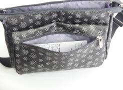 外フラップ部ファスナーポケットは、はがきが余裕で入るサイズがあり、ハンカチ、ティッシュなどを入れておくと便利です。