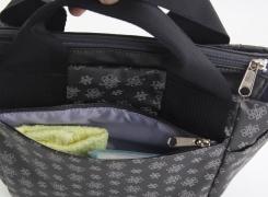 外背面ファスナーポケットは、ハンカチやティッシュを入れるのに便利。
