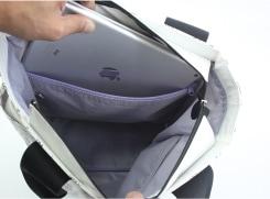 内側のファスナーポケットには、タブレットが入るサイズがあります。(写真はipad2)