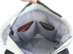内側のオープンポケットは、大きな横長財布も入り、ポーチなどを収納しておくのにも便利。